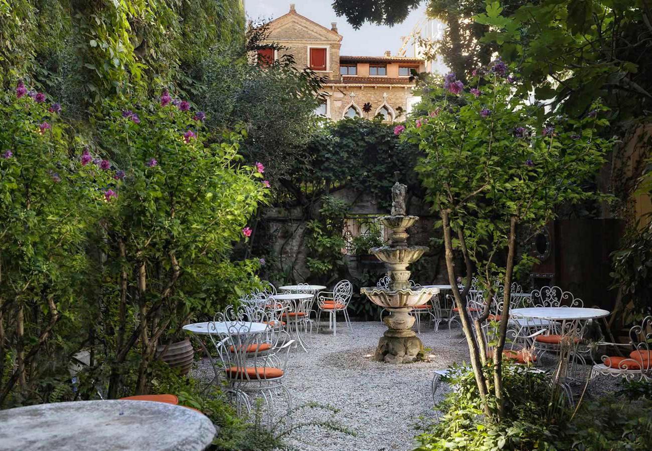 Hotel flora venice official website best rate guarantee for Au jardin secret
